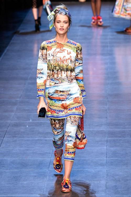 Vestido y pantalón con motivos de la ciudad de Nápoles de la colección primavera/verano 2016 de Dolce & Gabbana en Milan Fashion Week