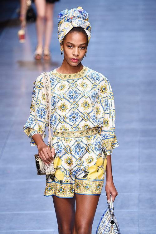 Jumpsuit amarillo y azul de la colección primavera/verano 2016 de Dolce & Gabbana en Milan Fashion Week