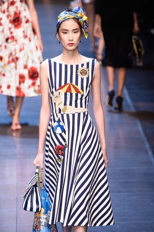 Vestido de rayas de la colección primavera/verano 2016 de Dolce & Gabbana en Milan Fashion Week