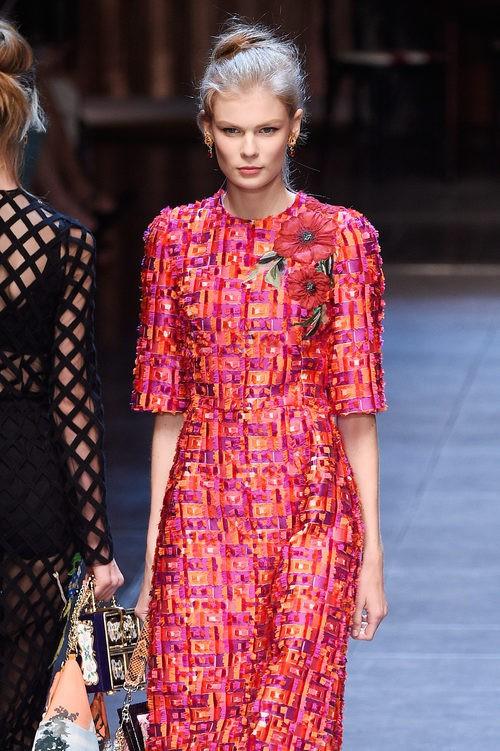 Vestido fucsia y naranja de la colección primavera/verano 2016 de Dolce & Gabbana en Milan Fashion Week