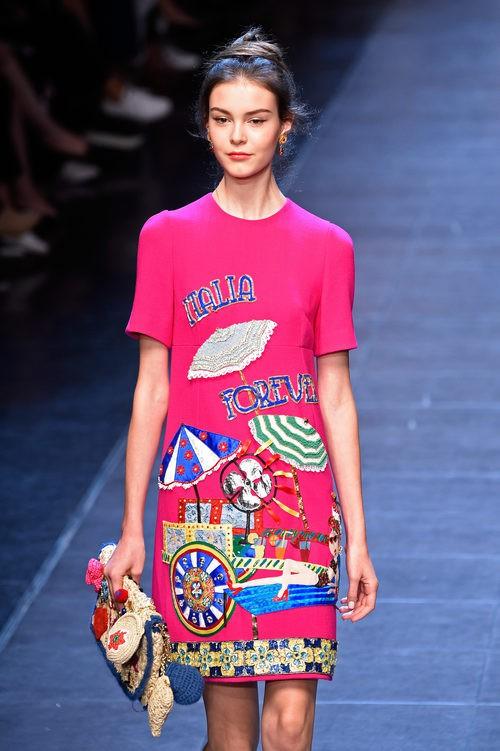 Vestido fucsia de la colección primavera/verano 2016 de Dolce & Gabbana en Milan Fashion Week
