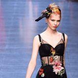Vestido negro con motivos florales de la colección primavera/verano 2016 de Dolce & Gabbana en Milan Fashion Week
