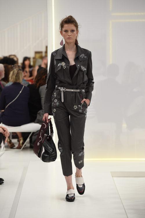Traje de chaqueta y pantalón negro de la nueva colección primavera/verano 2016 de Tod's
