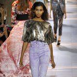 Pantalon morado y camiseta dorada de la colección primavera/verano 2016 de Roberto Cavalli en Milan Fashion Week
