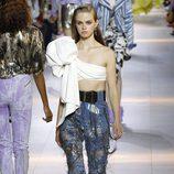 Pantalon azul y camisa con maxi lazo de la colección primavera/verano 2016 de Roberto Cavalli en Milan Fashion Week