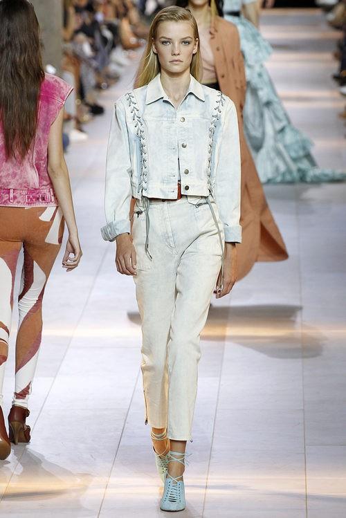 Traje de chaqueta azulado de la colección primavera/verano 2016 de Roberto Cavalli en Milan Fashion Week