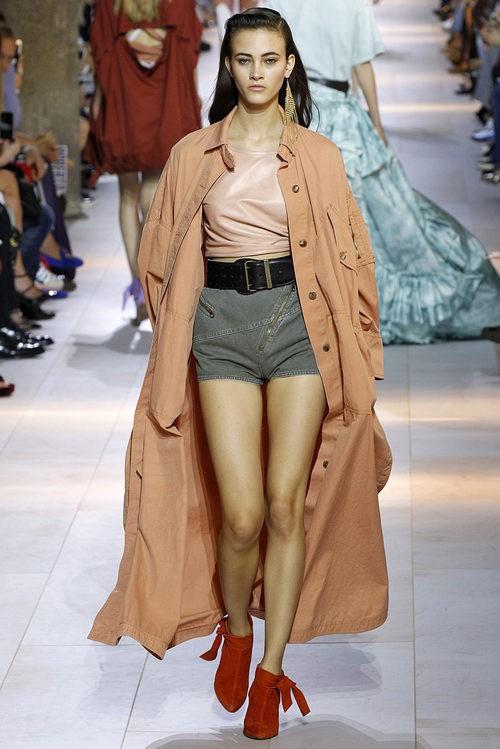 Gabardina naranja de la colección primavera/verano 2016 de Roberto Cavalli en Milan Fashion Week