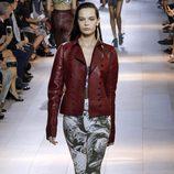 Chaqueta granate y pantalón estampado de la colección primavera/verano 2016 de Roberto Cavalli en Milan Fashion Week