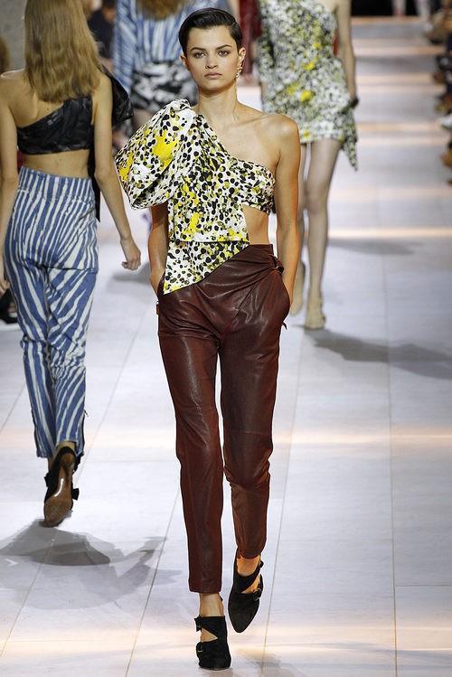 Camisa asimétrica y pantalón granate de la colección primavera/verano 2016 de Roberto Cavalli en Milan Fashion Week