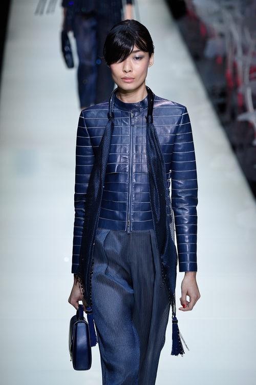Chaqueta de cuero y pantalón de rayas de la colección primavera/verano 2016 de Armani en Milan Fashion Week