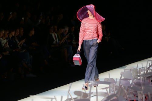 Camiseta de rayas y pantalón pata de elefante de la colección primavera/verano 2016 de Armani en Milan Fashion Week
