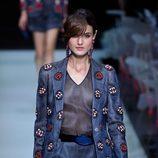 Chaqueta con motivos florales y jumpsuit de rayas de la colección primavera/verano 2016 de Armani en Milan Fashion Week
