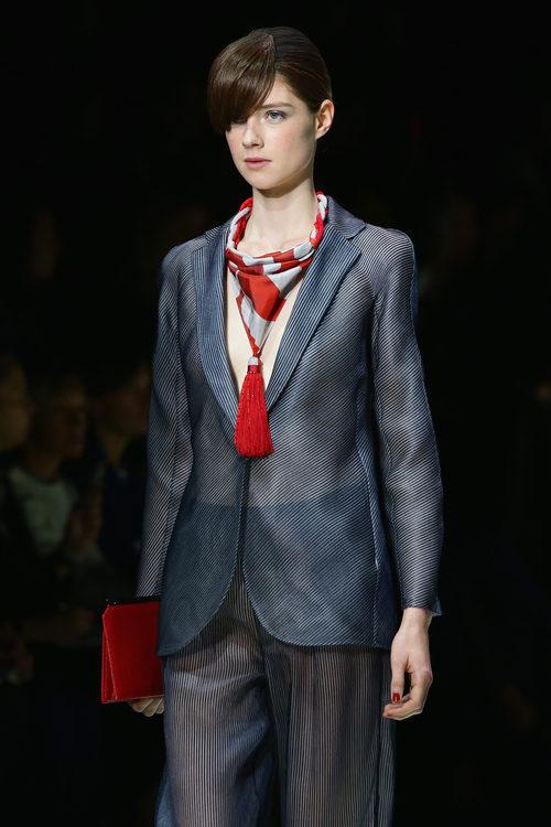 Traje de chaqueta a rayas de la colección primavera/verano 2016 de Armani en Milan Fashion Week