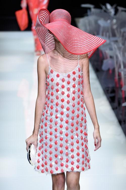 Vestido de lentejuelas de la colección primavera/verano 2016 de Armani en Milan Fashion Week