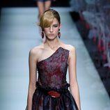 Vestido con falda de vuelo de la colección primavera/verano 2016 de Armani en Milán Fashion Week