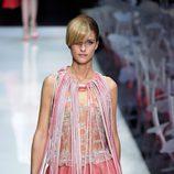 Vestido rosa y maxicollar de la colección primavera/verano 2016 de Armani en Milan Fashion Week