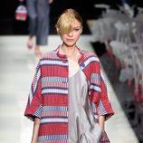 Abrigo de rayas y jumpsuit en tonos pastel de la colección primavera/verano 2016 de Armani en Milan Fashion Week