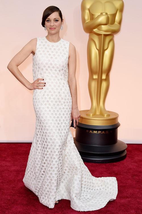 Marion Cotillard con vestido largo blanco en la alfombra roja de los Premios Oscar 2015
