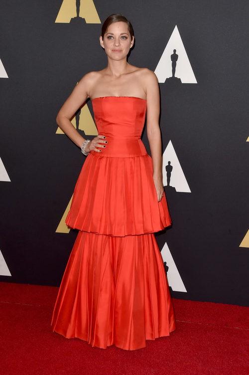 Marion Cotillard con vestido largo rojo en los 'Premios Governors'2014