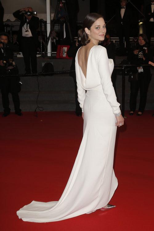 Marion Cotillard con vestido largo blanco con espalda escotada en la presentación de 'The immigrant' en Cannes 2013