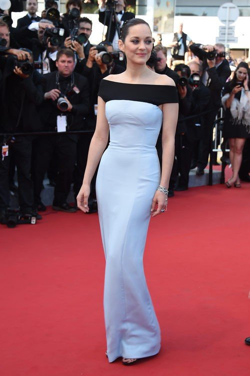 Marion Cotillard con vestido azul claro en el festival de Cannes 2015