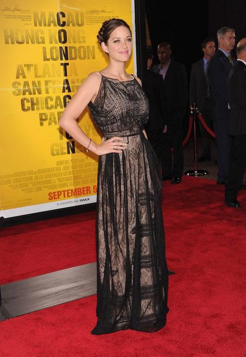 Marion Cotillard con vestido negro con transparencias en la premier de 'Contagion' en el teatro Rose 2011