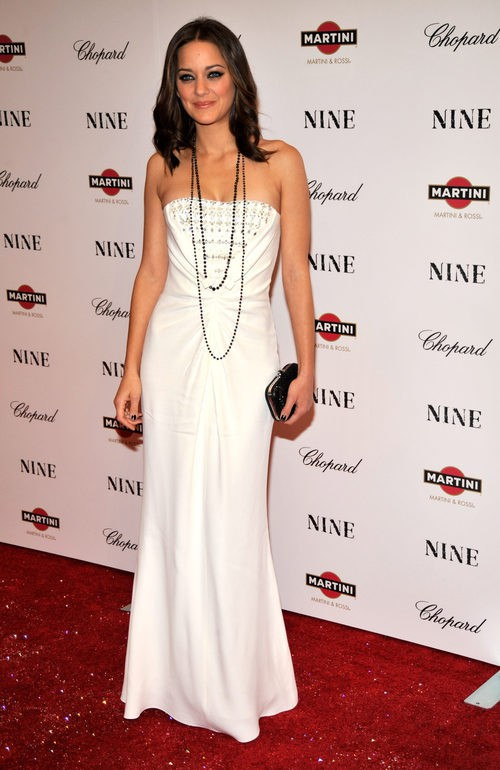 Marion Cotillard con vestido de noche blanco en la premier de la película Nine en Nueva York en 2009