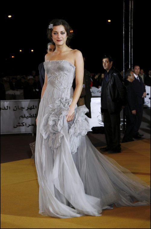 Marion Cotillard con vestido gris en el festival internacional de cine de Marrakech 2006