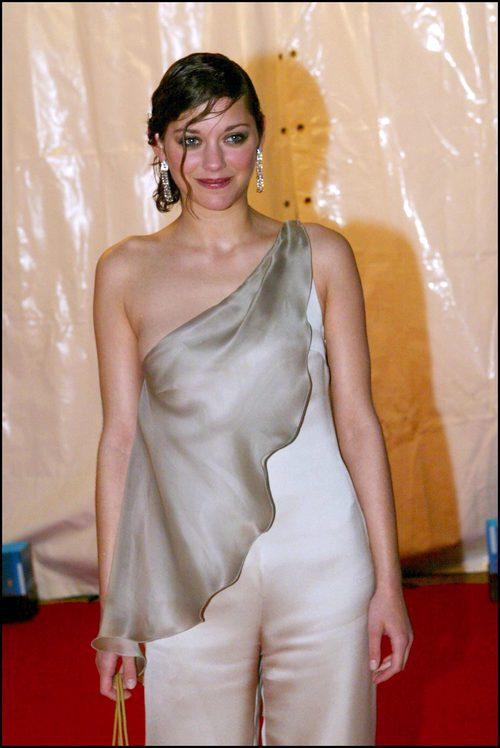 Marion Cotillard con jumpsuit beige con tirantes en una fiesta del diseñador Giorgio Armani en Cannes 2002