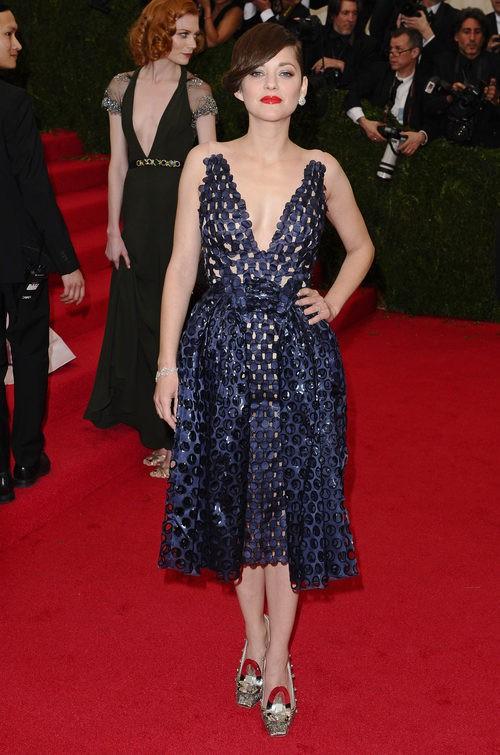 Marion Cotillard con vestido azul oscuro en la 'Charles James: Beyond Fashion' Gala 2014