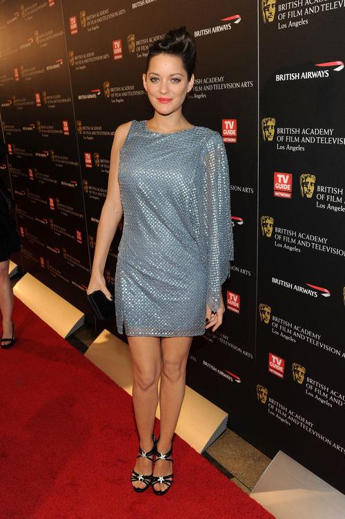Marion Cotillard con vestido brillante gris en el los premios BAFTA 2010
