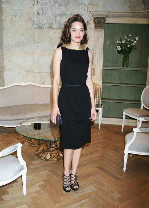 Marion Cotillard con vestido negro en el desfile de Dior en París 2009