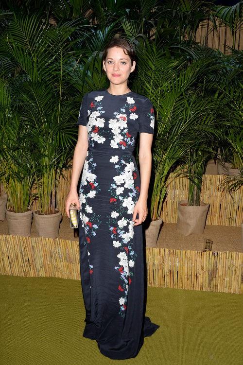 Marion Cotillard con vestido azul marino de flores en la Leonardo Dicaprio Foundation 2015