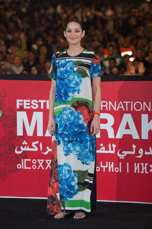 Marion Cotillard con vestido de flores de colores en la presentación de 'Public Enemies' 2013