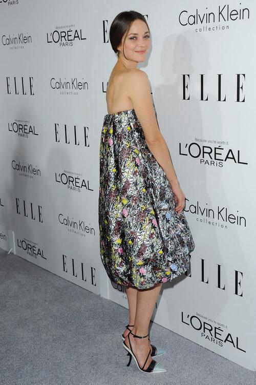 Marion Cotillard con vestido gris y negro de flores abombado en un evento de la revista ELLE en 2013