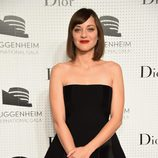 Marion Cotillard con vestido negro palabra de honorn en la Guggenheim International eGala Pre-Party Made Possible By Dior