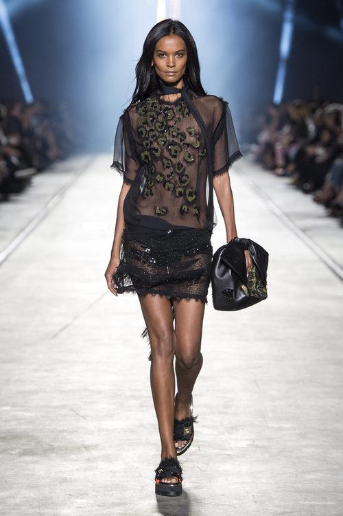 Vestido negro de la colección primavera/verano 2016 de Versace en Milán Fashion Week