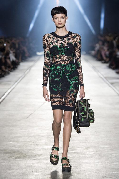 Vestido de punto de la colección primavera/verano 2016 de Versace en Milán Fashion Week