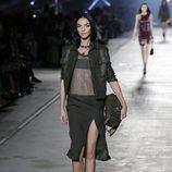 Chaqueta y falda negra de la colección primavera/verano 2016 de Versace en Milán Fashion Week