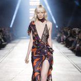 Vestido asimétrico de la colección primavera/verano 2016 de Versace en Milán Fashion Week
