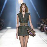 Minivestido verde de la colección primavera/verano 2016 de Versace en Milán Fashion Week