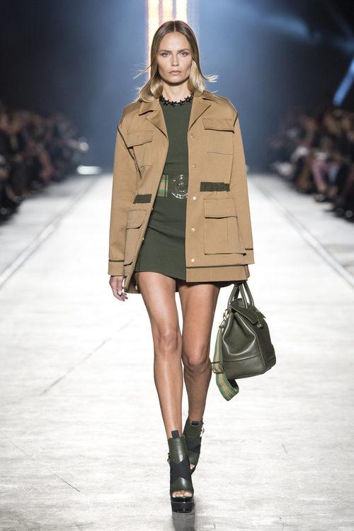 Chaqueta marrón claro y vestido verde de la colección primavera/verano 2016 de Versace en Milán Fashion Week