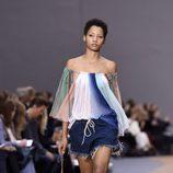 Pantalon vaquero corto y camisa de rayas de la colección primavera/verano 2016 de Chloé en Paris Fashion Week