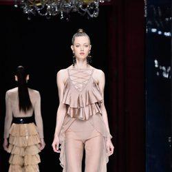 Lindsey Wixson desfilando con la colección primavera/verano 2016 de Balmain en Paris Fashion Week