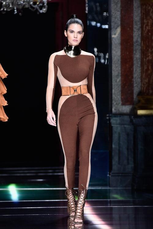 Kendall Jenner desfilando con la colección primavera/verano 2016 de Balmain en Paris Fashion Week