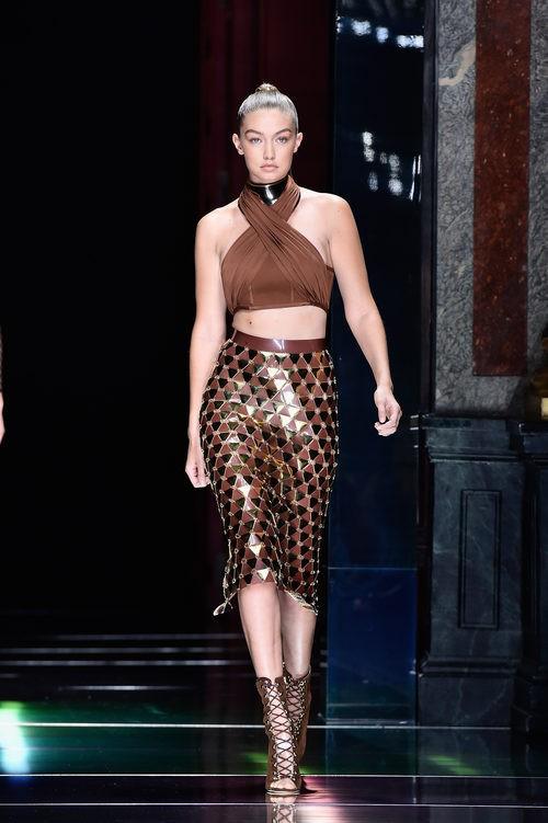 Gigi Hadid desfilando con la colección primavera/verano 2016 de Balmain en Paris Fashion Week