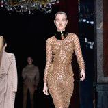 Vestido camel de malla de la colección primavera/verano 2016 de Balmain en Paris Fashion Week