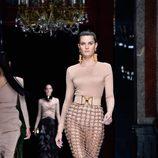 Isabeli Fontana desfilando con la colección primavera/verano 2016 de Balmain en Paris Fashion Week