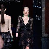 Lily Donaldson desfilando con la colección primavera/verano 2016 de Balmain en Paris Fashion Week