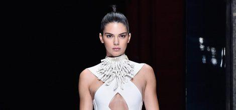 Kendall Jenner con un vestido blanco de la colección primavera/verano 2016 de Balmain en Paris Fashion Week